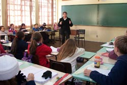 Pais oferecem temporizador de iluminação a Escola Garcia de Orta