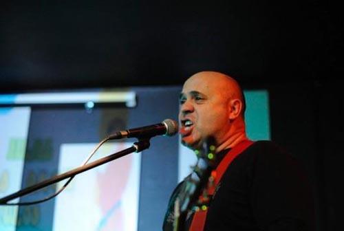 Um polícia cantor