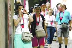 """Turistas portugueses """"invadem"""" o Brasil"""