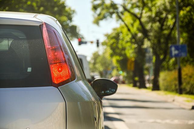 Mais de 50% dos alunos portugueses vão de carro com a família para a escola