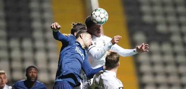 FC Porto vence Farense e isola-se no segundo lugar